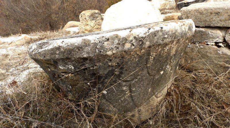 Мермерен споменик со украсување