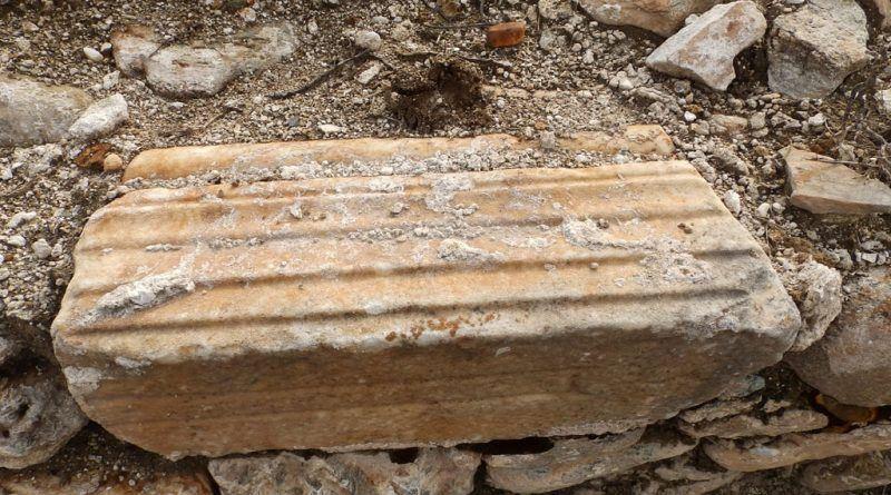 Фрагмент од профилирана мермерна греда