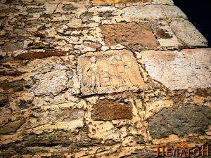 Ѕидот со плочата на која се претставени Херакле и Атина