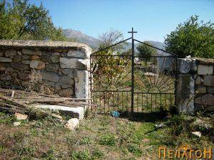 Влезот на оградата од црквата со стари мермерни елементи