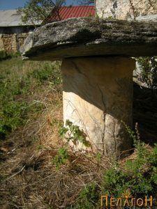 Мермерен столб во дворот на црквата