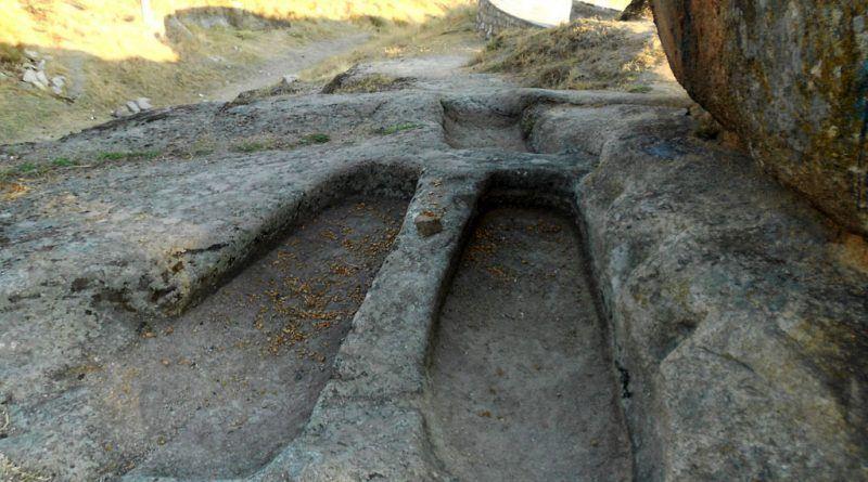 Трите издлабени форми крај објектот