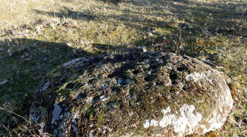 Ниска карпа со симболика во близина на црквата