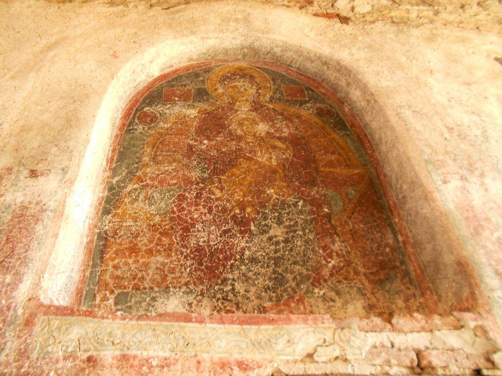 Света Богородица над западниот влез во трпезаријата