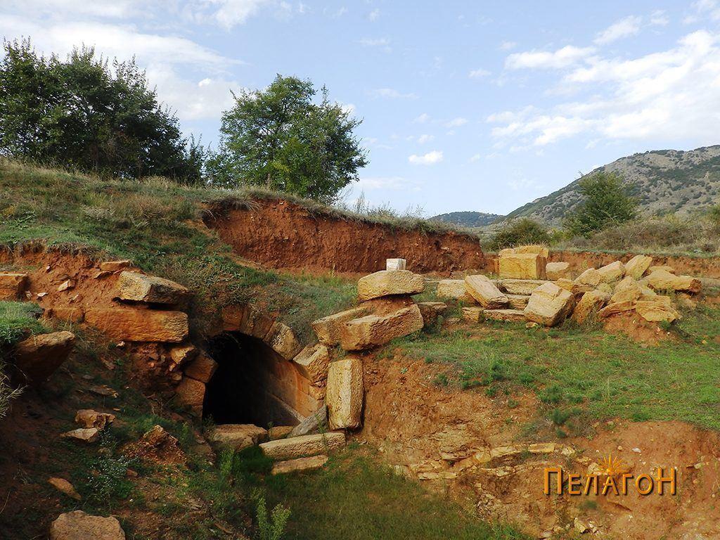 Кралската гробница меѓу селата Подмол и Бонче
