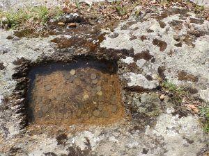 Коритце и крст на каменот