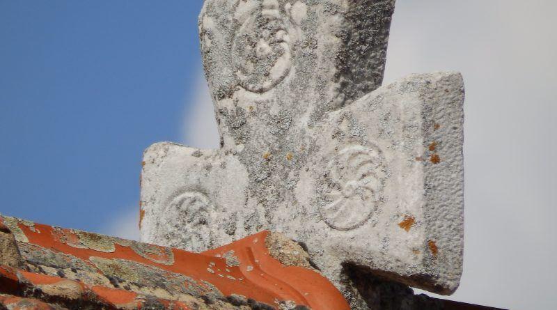 Камениот крст на покривот со динамичниот соларен симбол