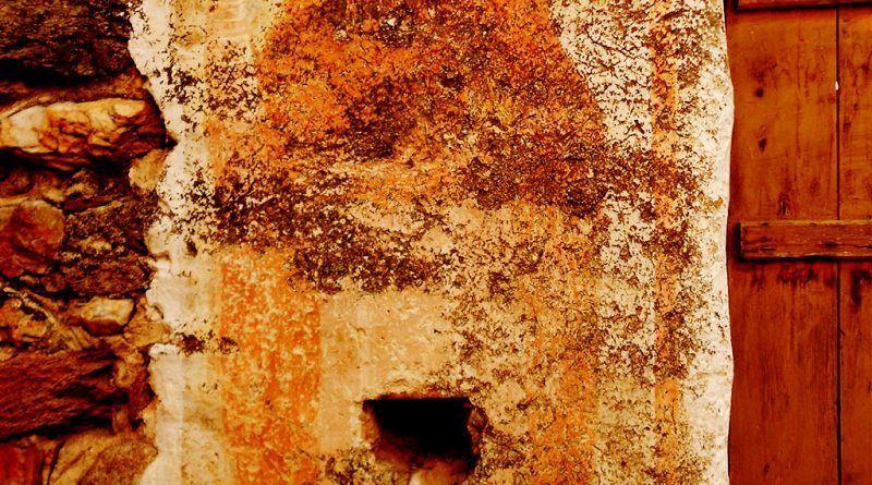 Фигура на светец на северниот ѕид