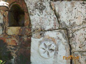 Розетата од десната страна со дел од камарата