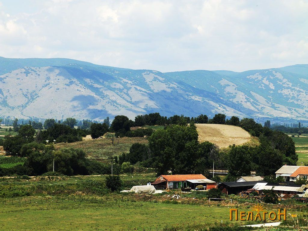 Дел од селото Чепигово со тумбата Бакарно Гумно