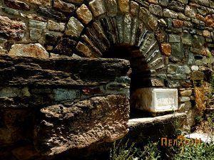Портикот за канал со вода и кеменот со култен натпис
