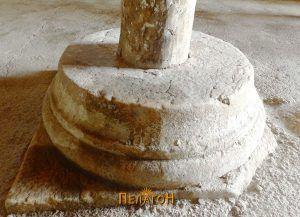 Основа од мермерен столб, сега основа на дрвен столб во тремот на црквата