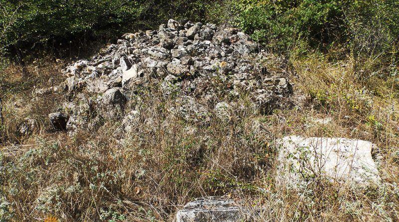 """Елементи од мермер и куп градежен камен на локалитетот """"Пештера"""""""