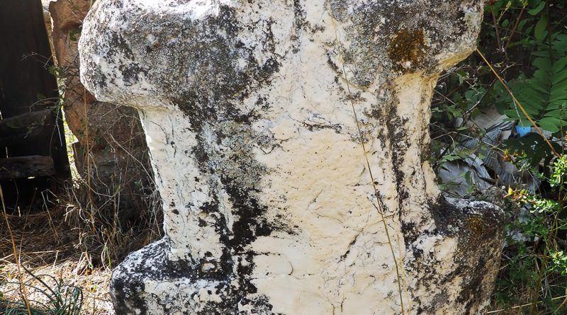 Елементо од мермер крстовидно оформен