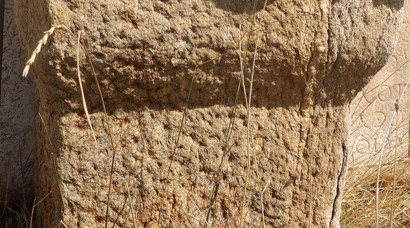 Столб од домашен камен