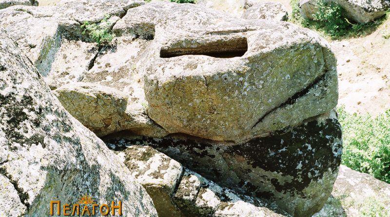 Поглед на главниот ритуален простор со повисоките скали, одморалиште и влез