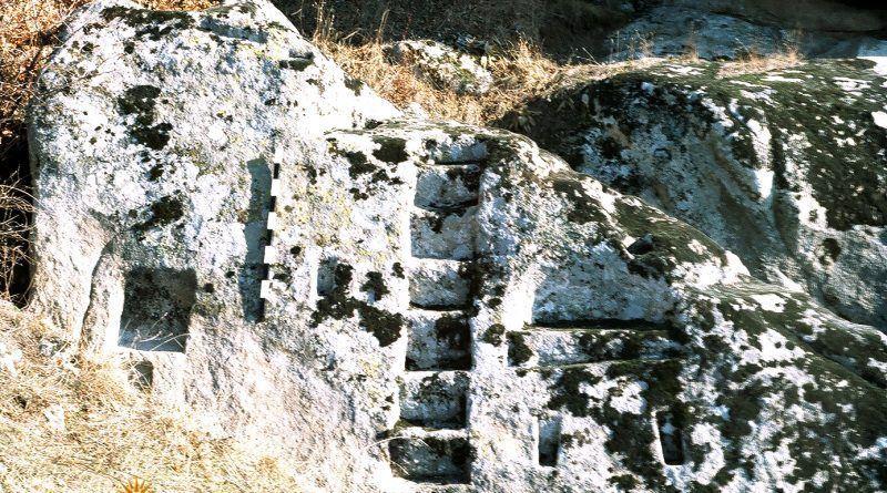 Почетниот дел од светилиштето о карпа со скали и ниши