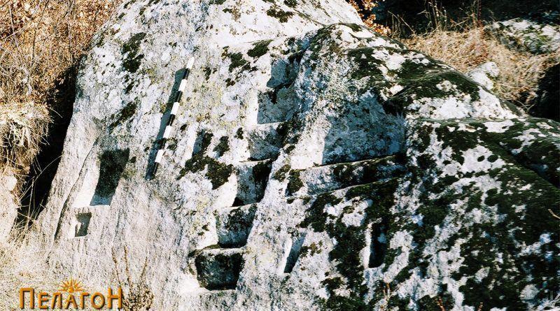 Почетниот дел од светилиштето о карпа со скали и ниши - откосо