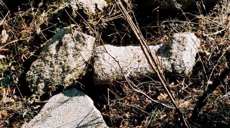 Фрагменти од разновидни камени објекти од пештерскиот дел под светилиштето