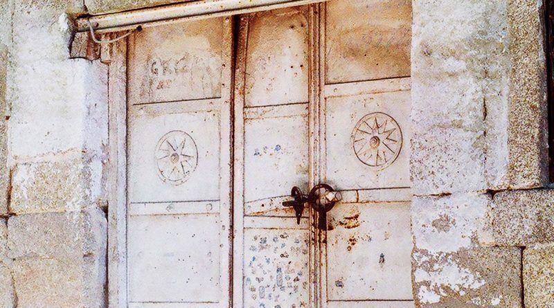 Металната врата со симболот во Врбеско Маало - откосо