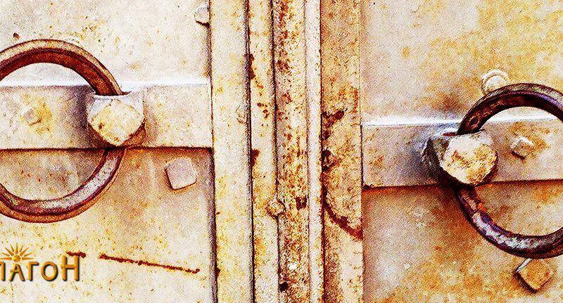 Двете алки за затворање со катинар