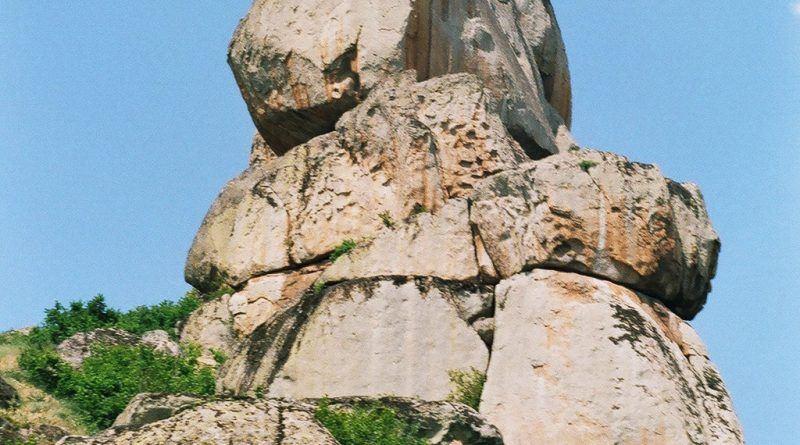 Култната карпа - поглед од страната на светилиштето