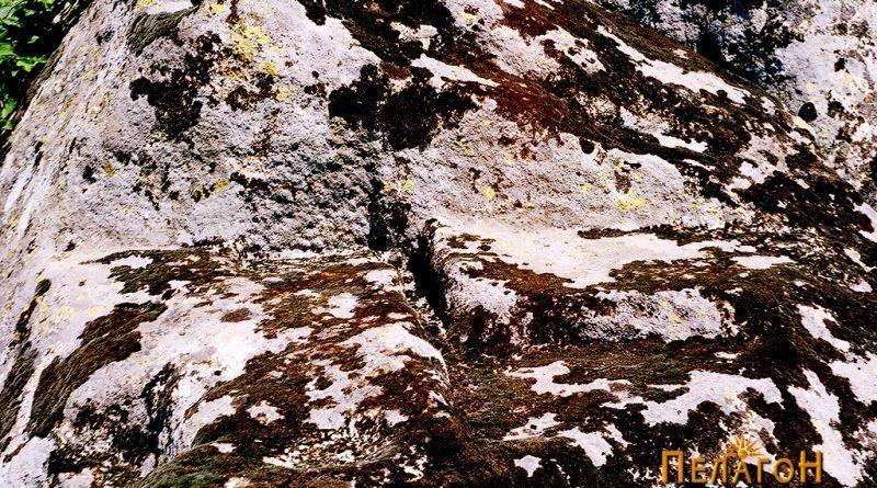 Одморалиштето на карпата со почетниот дел од светилиштето
