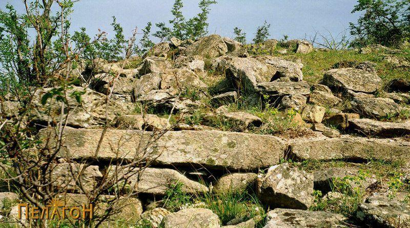 Партија од заштитниот ѕид со грамада градежен камен