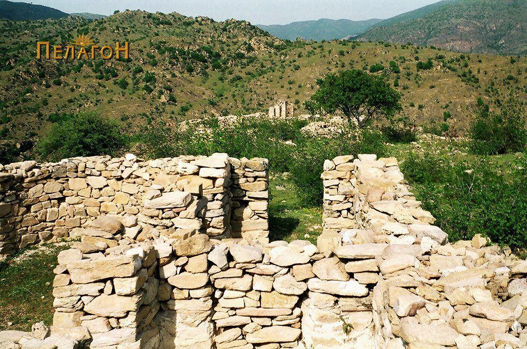 Дел од ѕидовите на помалата црква со базиликата во позадина