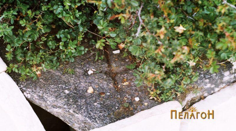Издлабен крст на плоча од чешма во близина