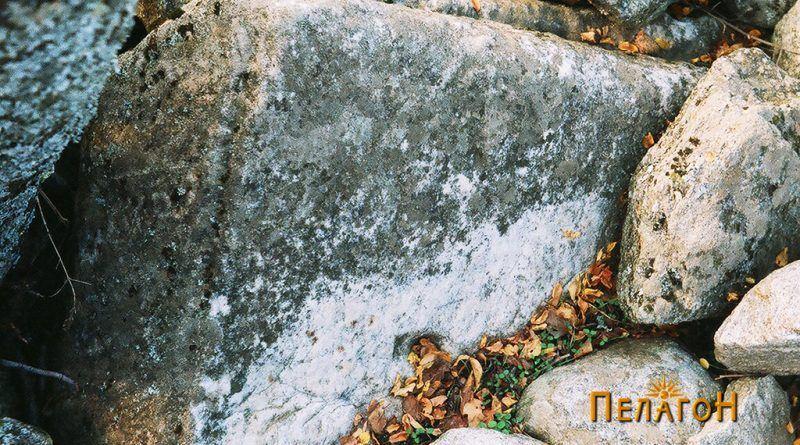 Мермерен блок во внатрешноста на старата градба