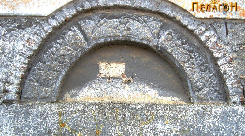 Фронтонот за натпис на магазата и украсениот свод