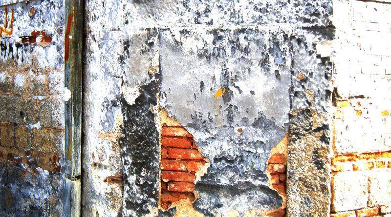 Заѕиданата врата за влез во стариот дуќан со натписот од сопственикот