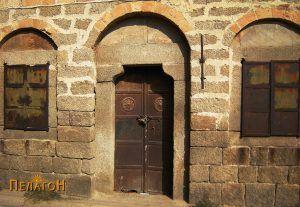Вратата со шеснаесеткракото сонце со два прозорци - ан-фас