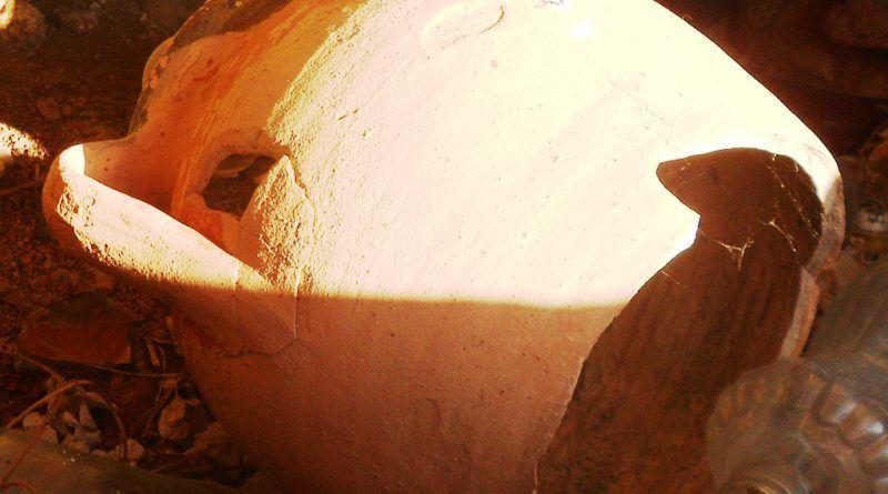 Скршена стомна во основата на карпата