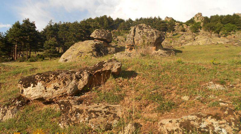 Остатоци од ѕидови во близина