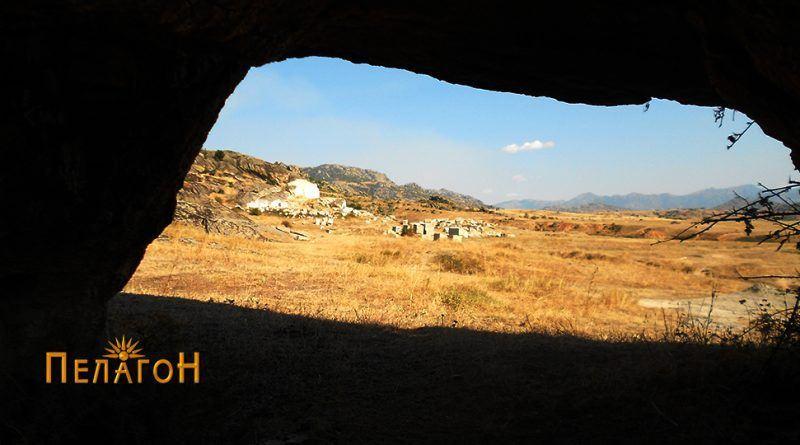 Поглед на локалитетот низ отворот од блиска карпа