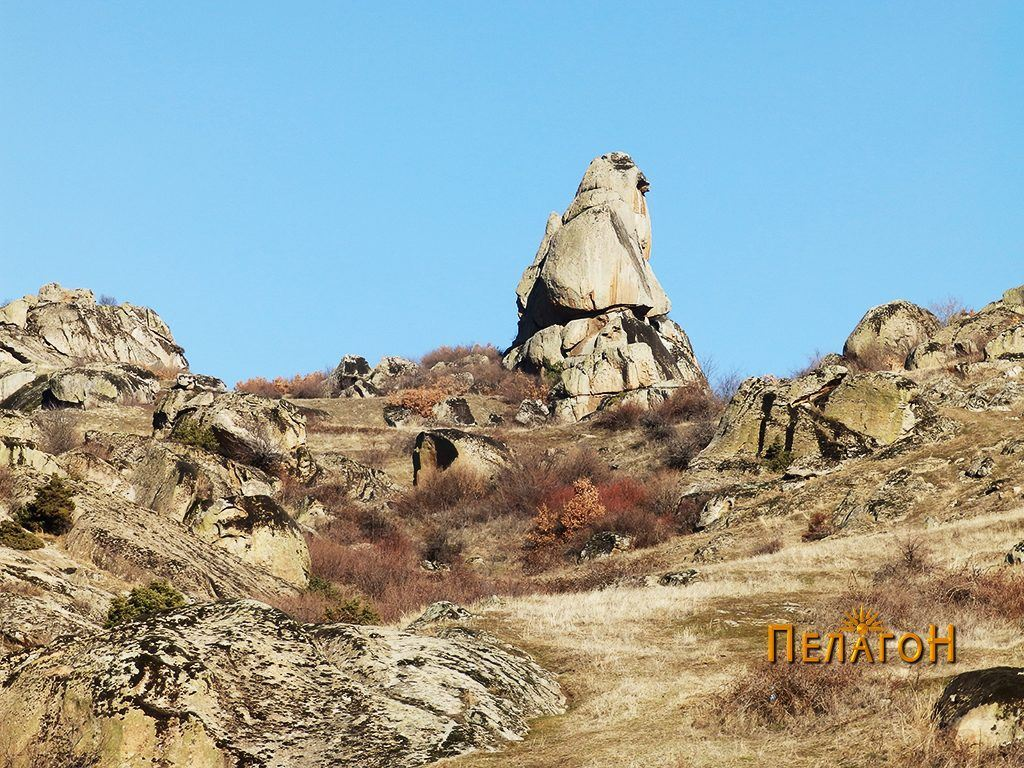 Култната карпа од југ - поширок агол