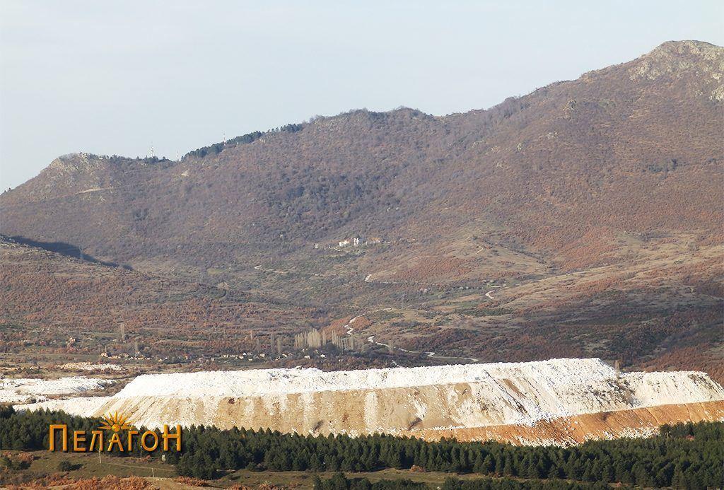 """Јаловината од рудникот """"Сивец"""" со ддолината под превојот """"Дервен"""" 2"""