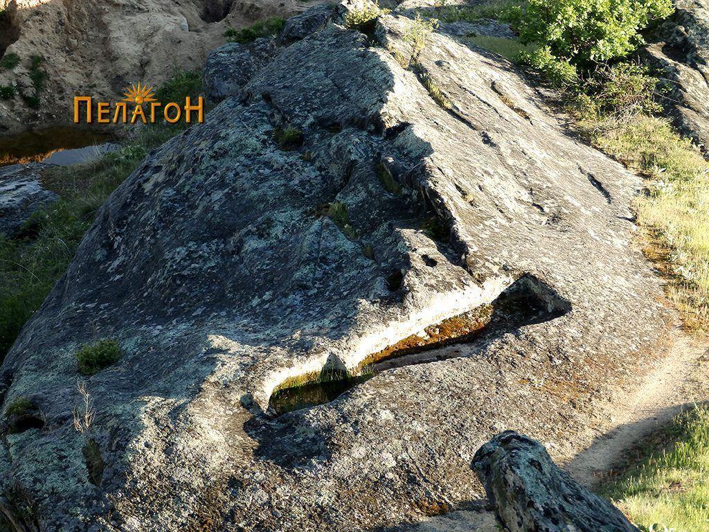 Винарникот  во близина снимен од централната карпа
