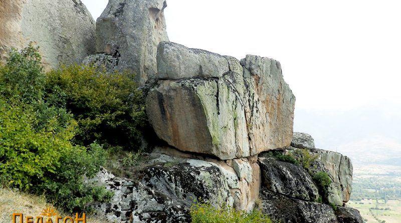 Комплексот од карпи со светилиштето од запад - пристапната страна