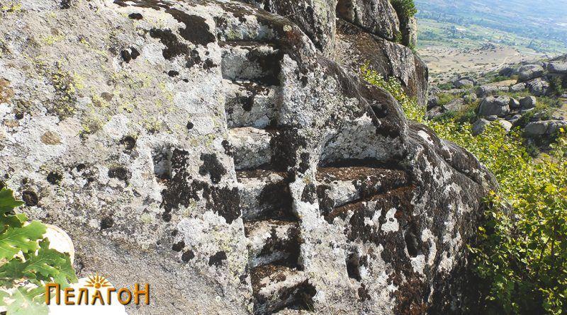 Кос поглед на карпата со скалите и нишите