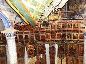 Дел од иконостасот со пропаднат таван над него