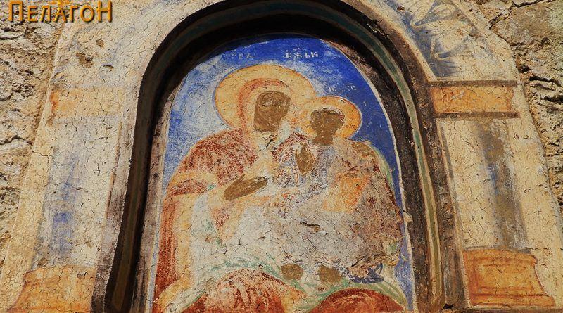 Избледена фреска со св. Богородица и Исус над јужната врата