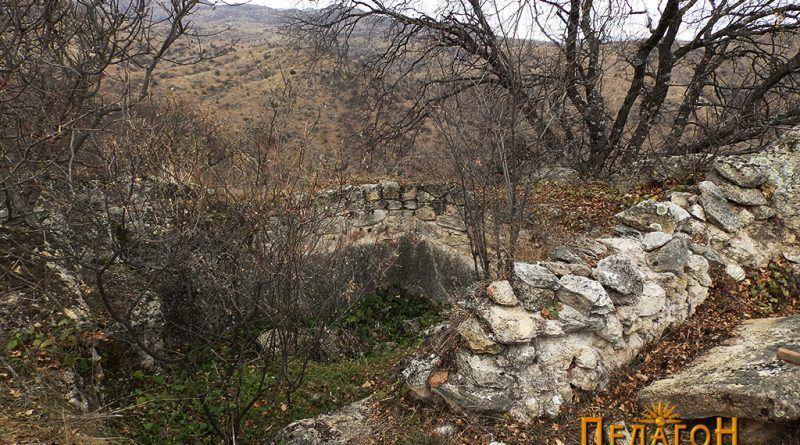Дел од црквата на врвот - просторија делумно издлабена во карпа