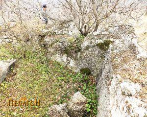 Дел од просторијата издлабена во карпа