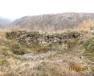Дел од ѕидот на тврдината на врвот од северната страна