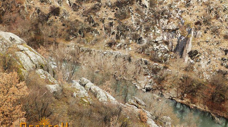 Од патот по десниот брег на Црна Река