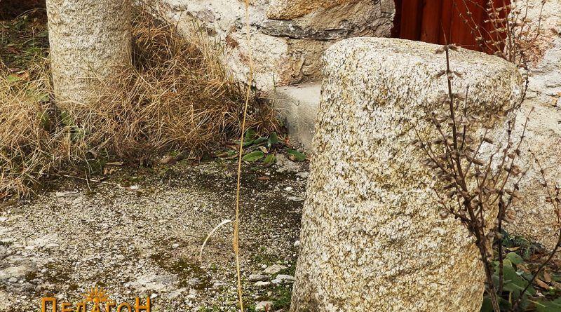 """Фрагменти од камени столбови пред црквата """"Св. Димитрија"""""""