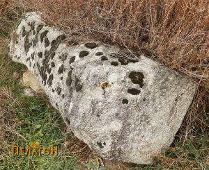 """Голем обработен блок од камен кај црквата """"Св. Димитрија"""" 2"""